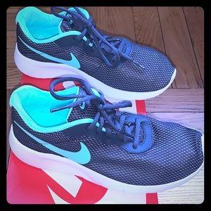 Nike Tanjun SE Sneakers NIB Size 5Y ( Big Girl)